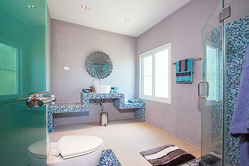 Bathroom with shower Villa Virote in Phuket