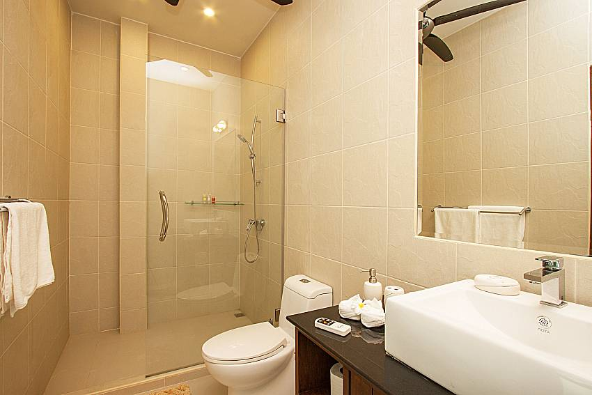 Bathroom with shower Si Mok Villa in Phuket