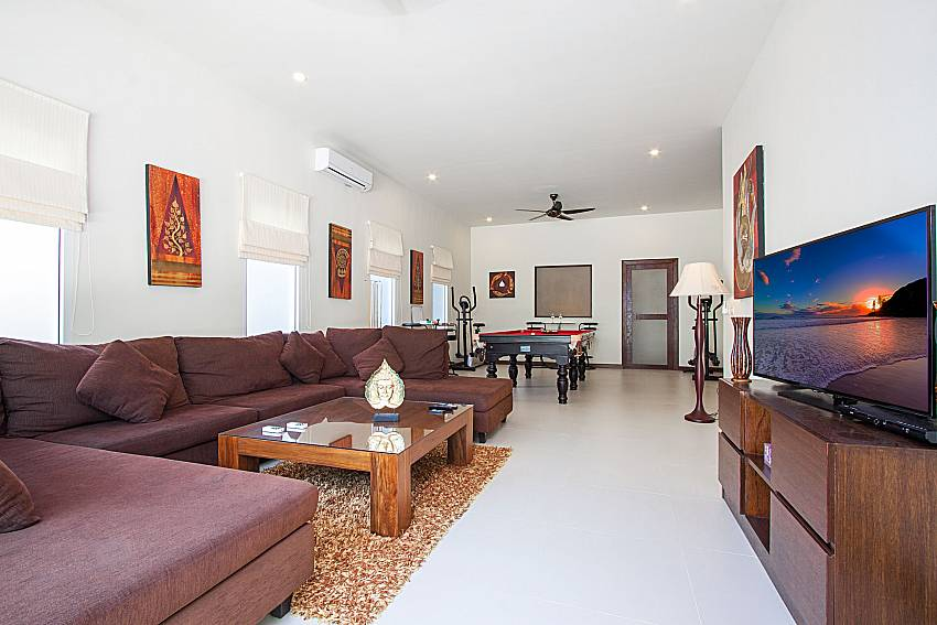 Living room with TV Si Mok Villa in Phuket