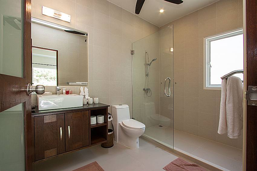Bathroom with shower Si Fah Villa in Phuket