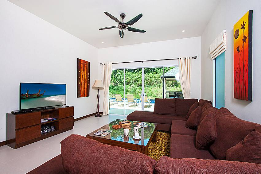 Living room with TV Si Fah Villa in Phuket