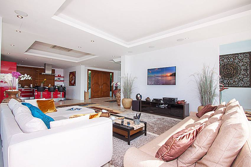 Living room with TV Villa Ram Phai in Samui