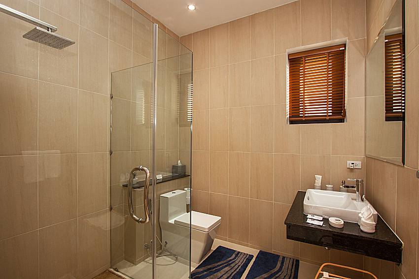 Bathroom with shower Villa Ram Phai in Samui