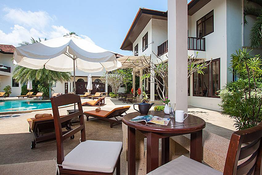 Seat and table Maprow Palm Villa No. 10 in Samui