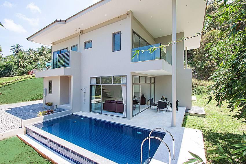 Swimming pool and shower Triumph Villa in Samui