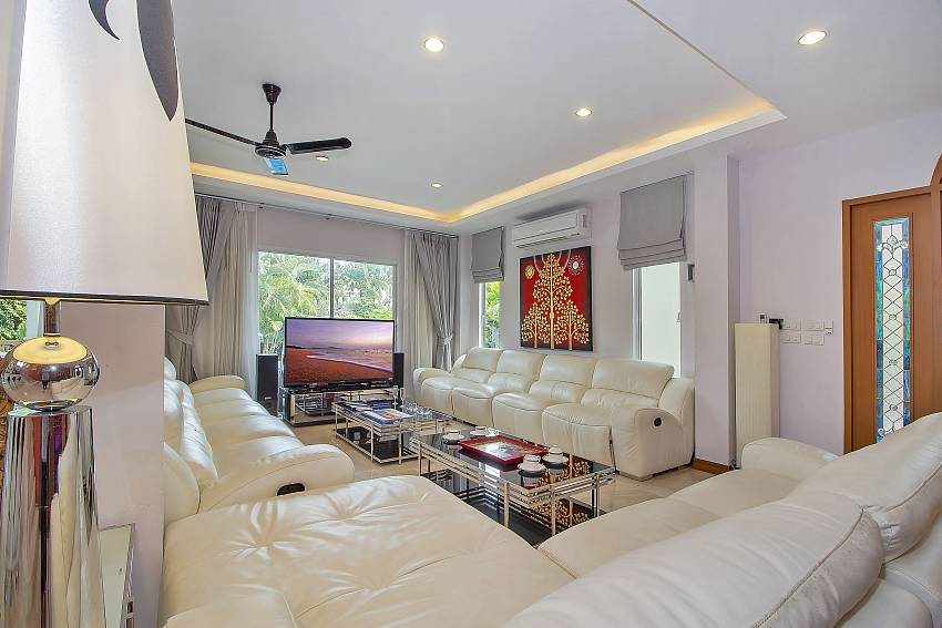 City Haven Villa Pattaya spacious living room