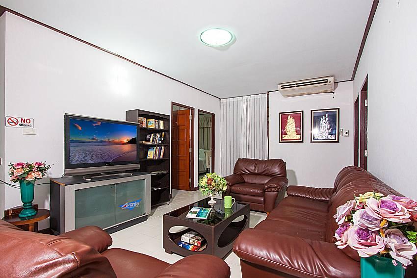 Living room with TV Villa Nobility Jomtien Beach in Pattaya