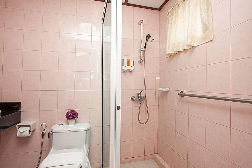 Bathroom with shower Villa Nobility Jomtien Beach in Pattaya