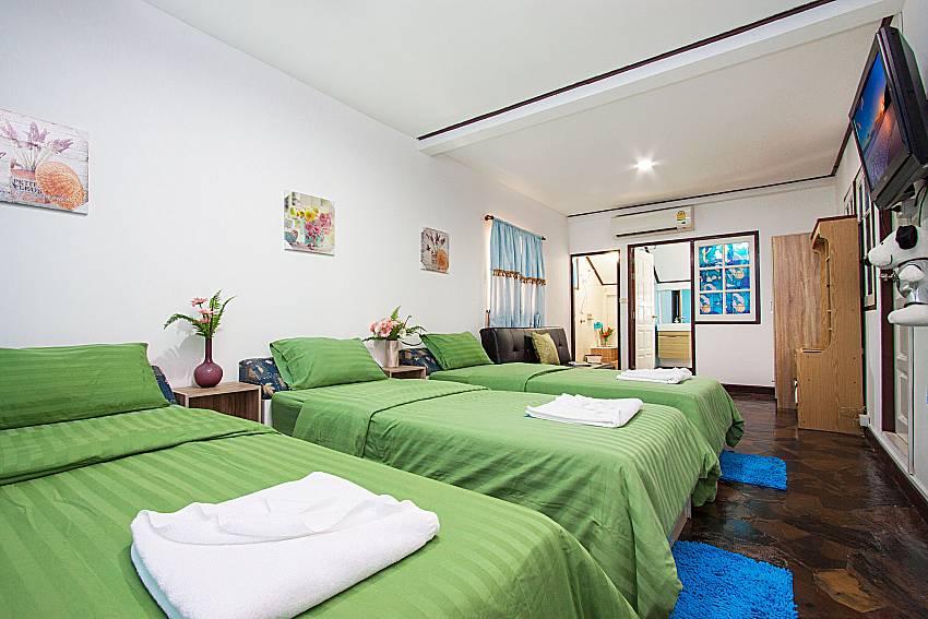 Bedroom with TV Villa Nobility Jomtien Beach in Pattaya