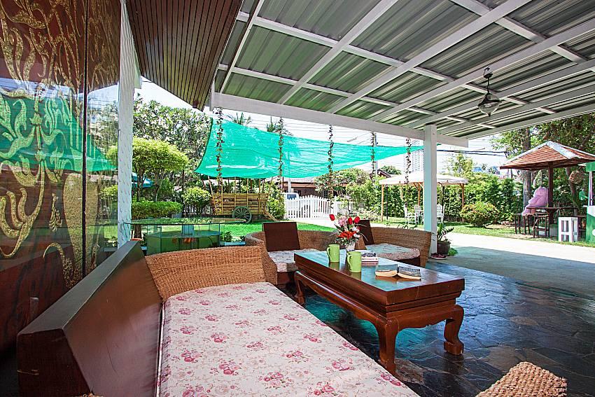 Sofa and table Villa Nobility Jomtien Beach in Pattaya