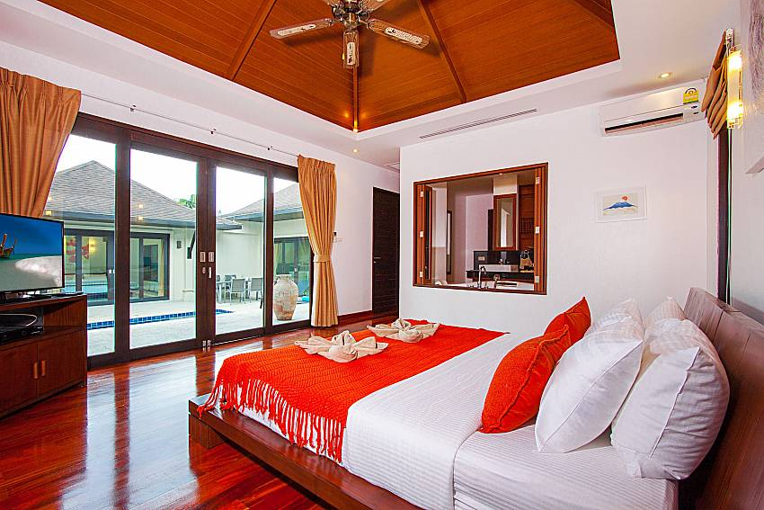 Bedroom with TV Villa Rachana in Phuket
