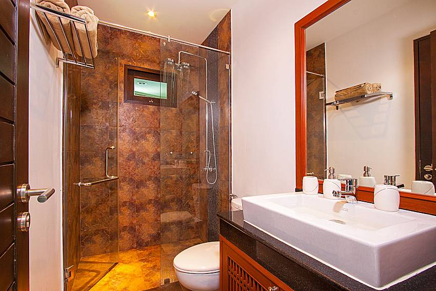 Bathroom with shower Villa Rachana in Phuket