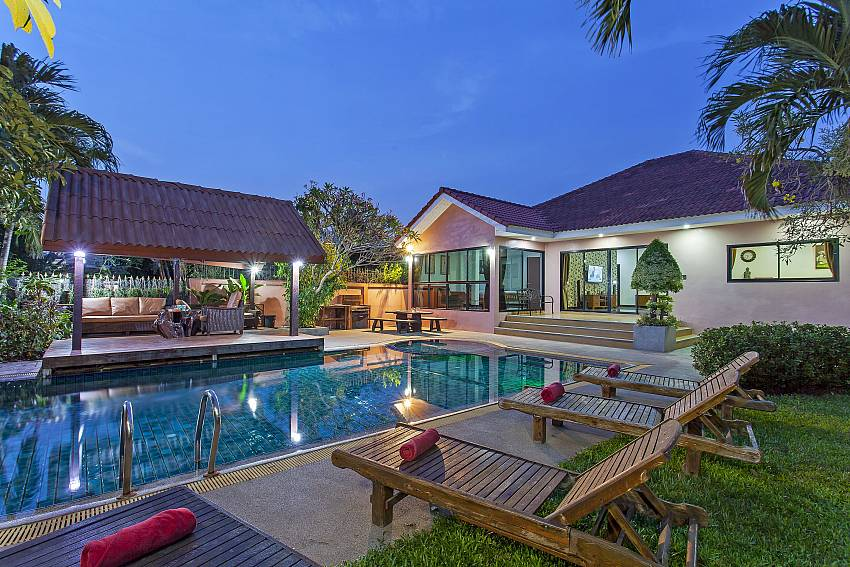 Pool and Villa Of Baan Chatmanee