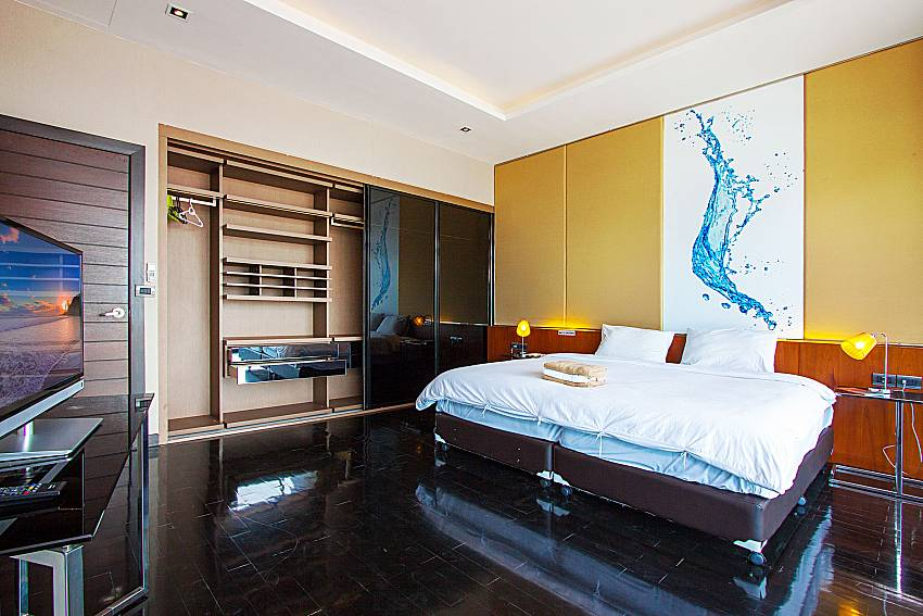 Bedroom with TV Villa Yamini in Rawai Phuket