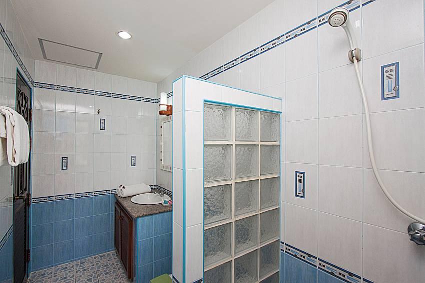 Bathroom with shower Wan Hyud Villa No.205 at Chaweng in Samui