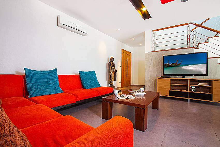 Living room with TV Villa Fullan in Phuket