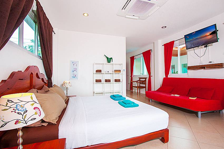 Bedroom with TV Villa Niyati in Phuket
