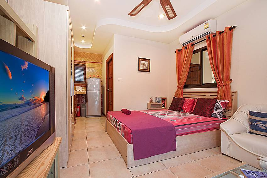 Bedroom with TV Villa Oditi in Phuket