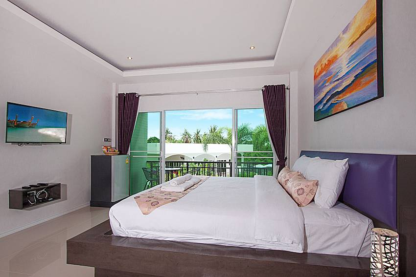 Bedroom with TV  Lannister Villa Resort in Bangsaray Pattaya
