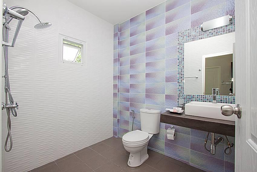 Bathroom with shower Lannister Villa Resort in Bangsaray Pattaya