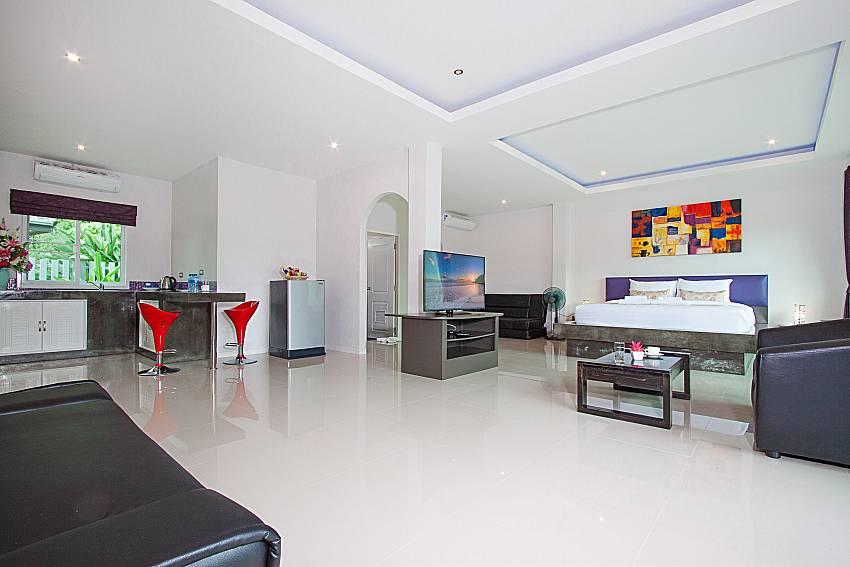Bedroom with TV  Lannister Villa Resort in Bangsaray Pattaya