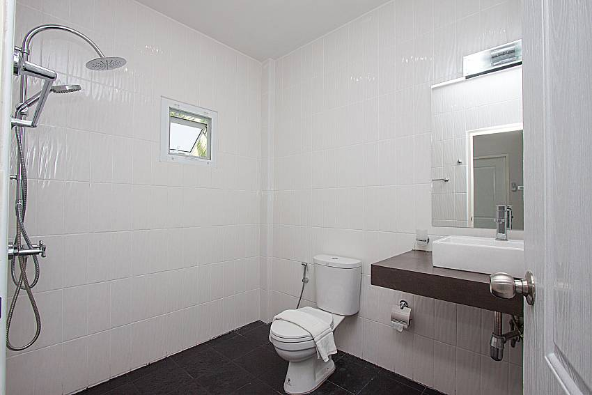 Bathroom with shower Lannister Villa Resort in Bangsaray Pattaya