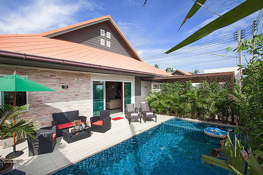 Swimming pool and property Casterly Villa in Jomtien Pattaya