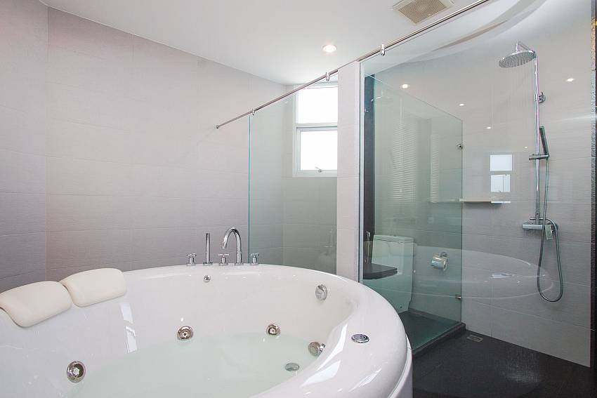 Jacuzzi with shower Villa Modernity A in Pattaya
