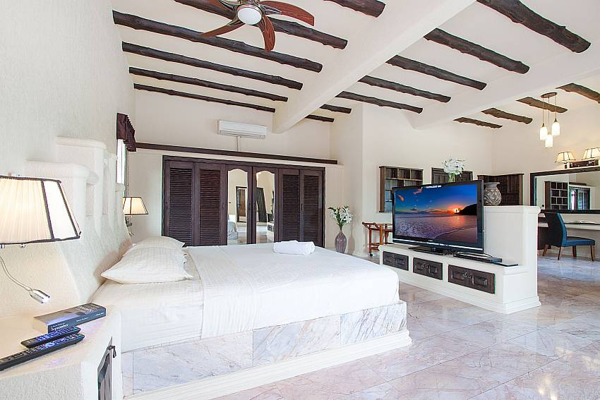 Bedroom with TV Camelot Villa in East Pattaya