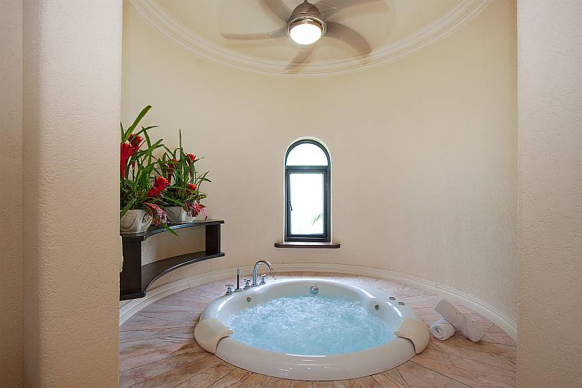 Jacuzzi Camelot Villa in East Pattaya