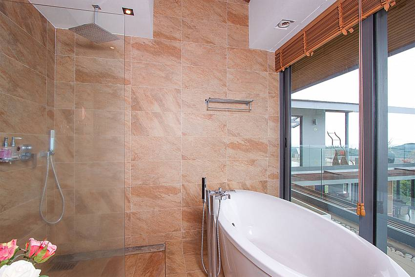 deluxe 1. bathroom with tube-Villa High Rise_Bophut_Samui_Thailand