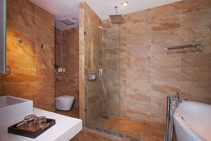4. en suite bath-Villa High Rise_Bop Hut_Koh Samui_Thailand