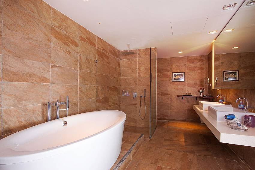 5. bathroom with bathtube-Villa High Rise_Bophut_Samui_Thailand