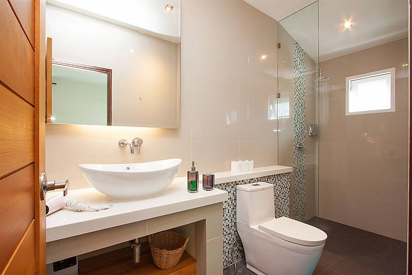 Bathroom with shower Villa Janani 202 in Samui