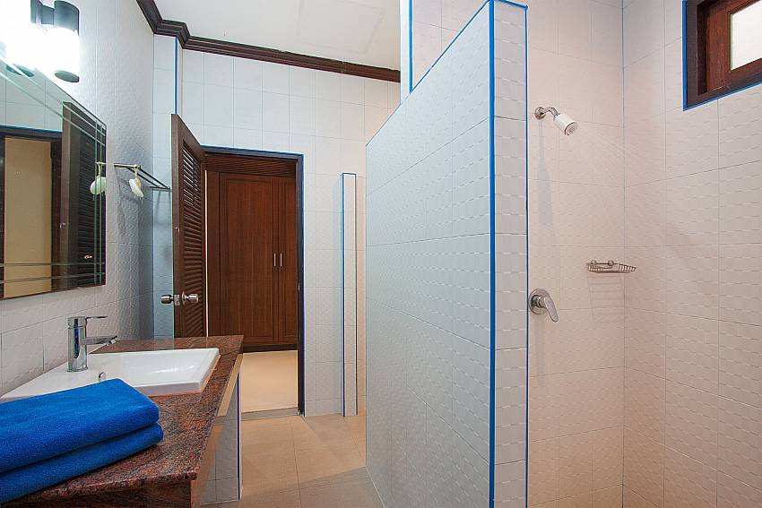 Bathroom with shower Villa Aruma in Phuket