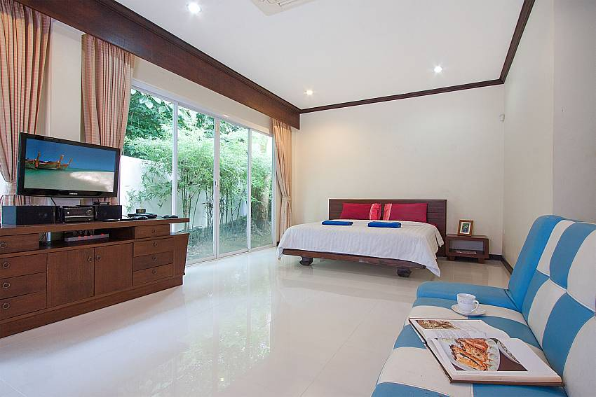 Bedroom with TV Villa Aruma in Phuket