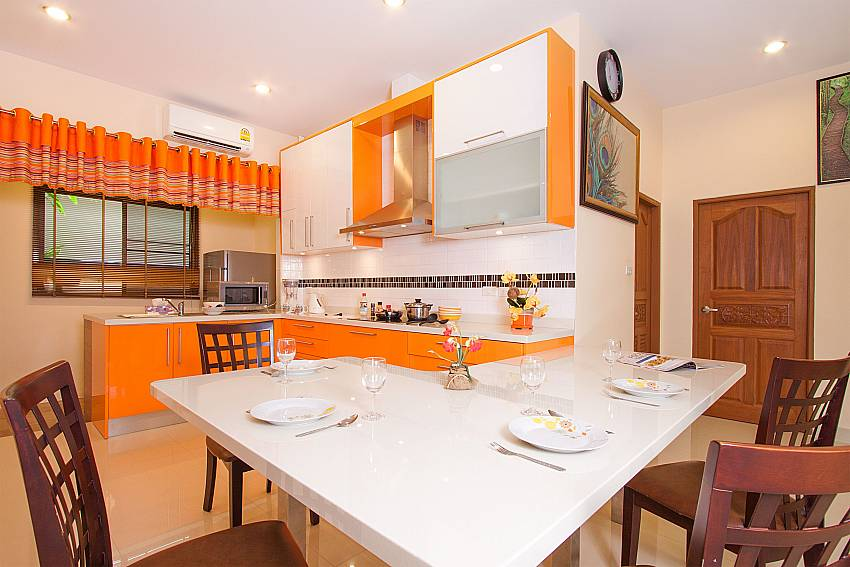 Dining area with kitchen in Thammachat Victoria II_Pattaya_Thailand