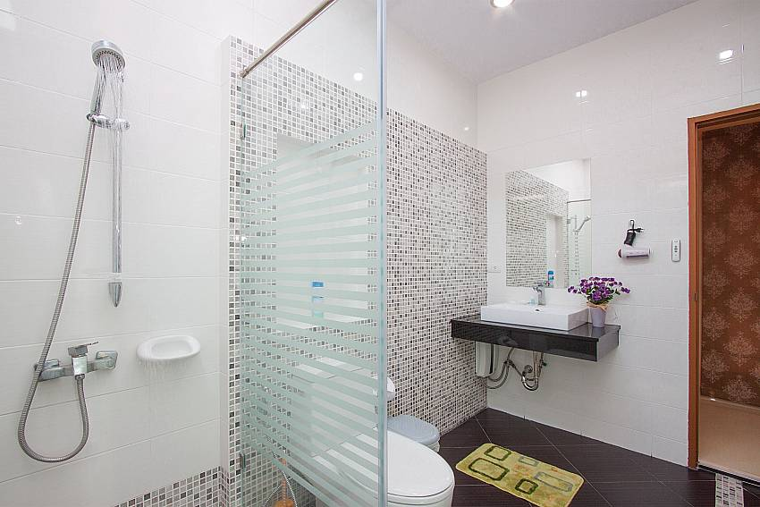 1. ensuite bathroom at Thammachat Victoria II_Pattaya_Thailand