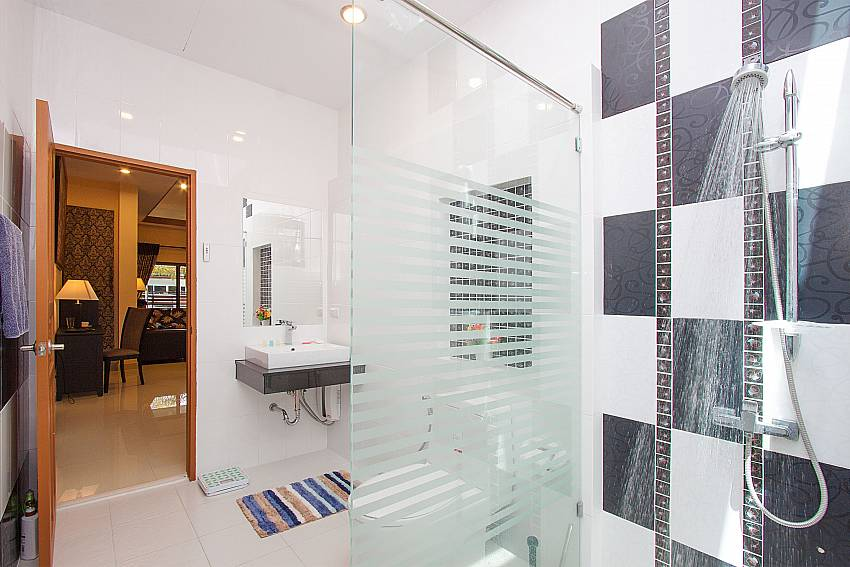 shared bathroom at Thammachat Victoria II_Pattaya_Thailand