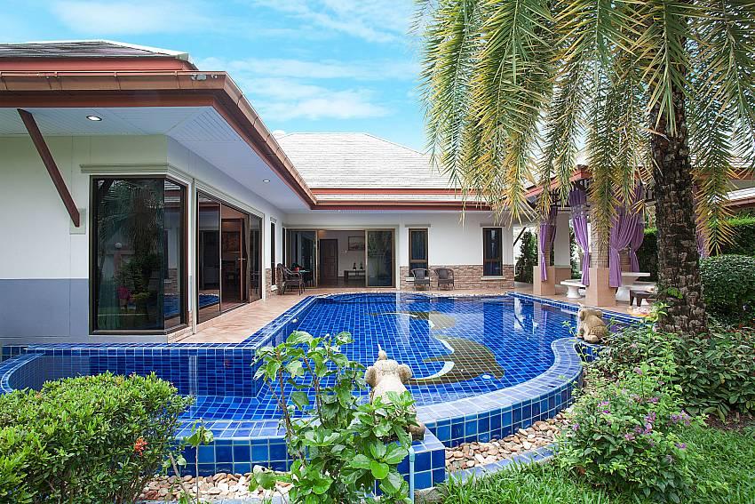 pool and garden-Thammachat Madonna Villa_Huay Yai_Pattaya_Thailand