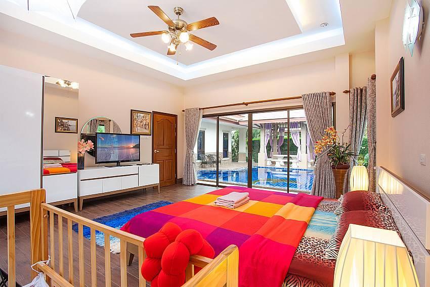1. bedroom with king size bed-Thammachat Madonna Villa_Pattaya_Thailand
