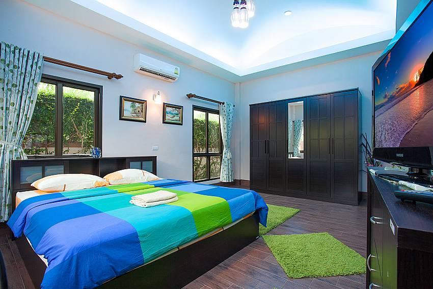 2. king size bedroom-Thammachat Madonna Villa_Pattaya_Thailand
