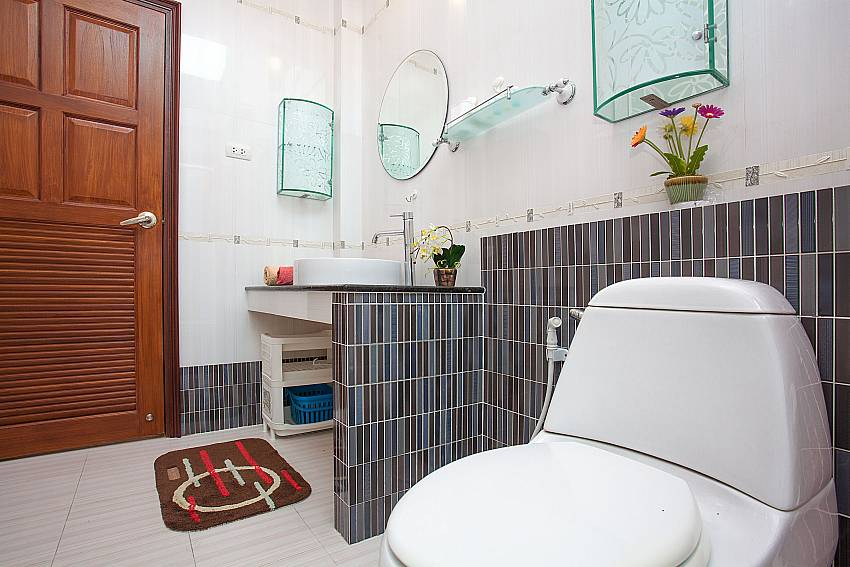 shared bathroom at-Thammachat Madonna Villa_Huay Yai_Pattaya_Thailand