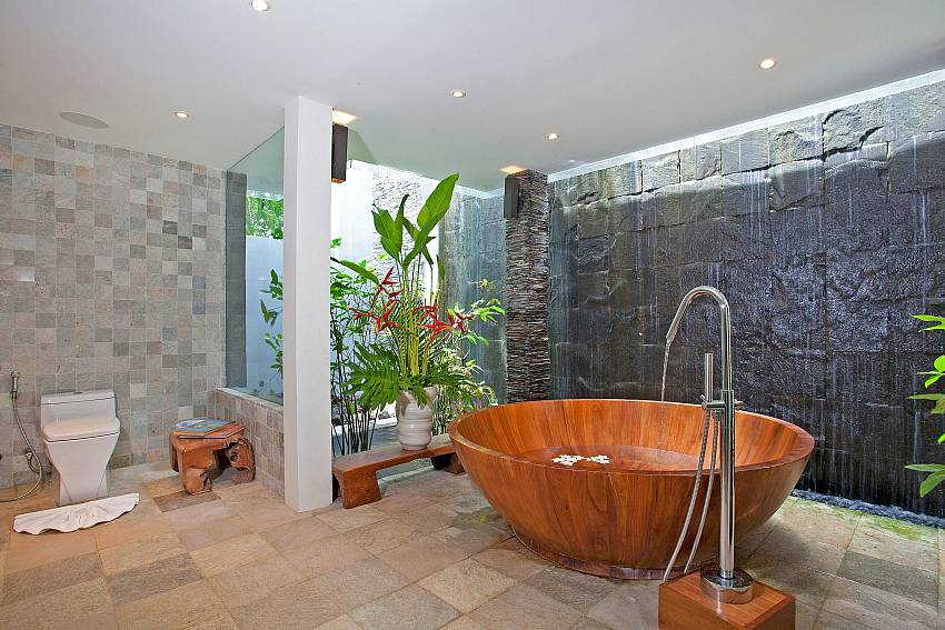 1. bathroom with tube-Amaroo Villa_Laem Sor_Samui_Thailand