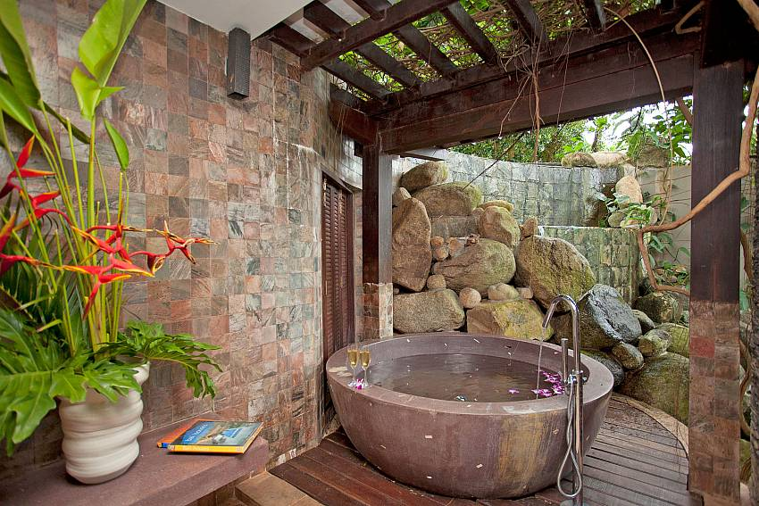 huge stone bathtube in the open-Amaroo Villa_Laem Sor_Samui_Thailand