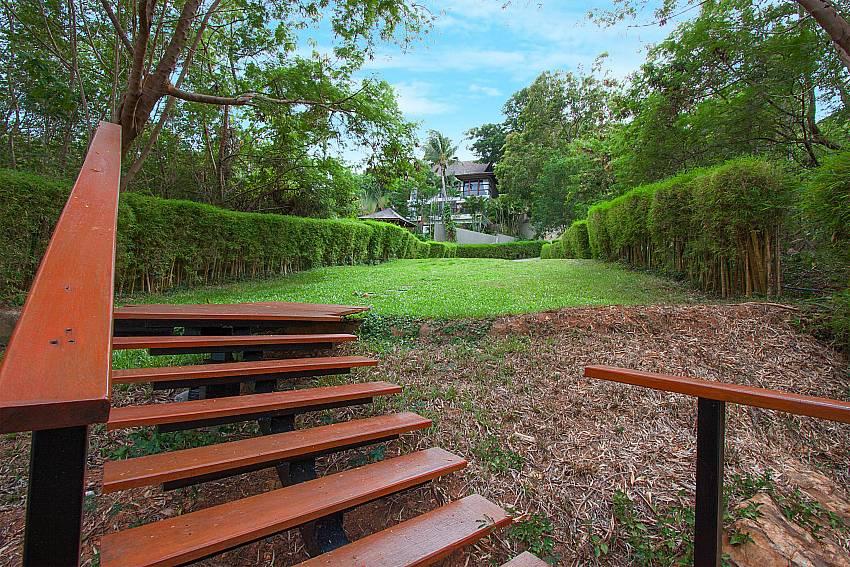 big lawn of-Amaroo Villa_Laem Sor_Koh Samui_Thailand