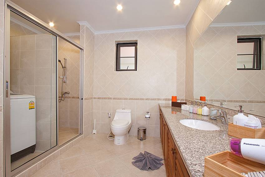 1. ensuite bathroom with washing machine Villa Majestic 40 Pattaya Thailand