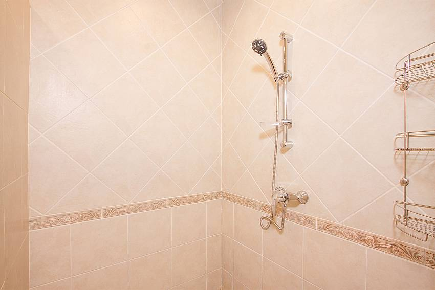 shower in 1. en-suite at Villa Majestic 40 Pratumnak Pattaya