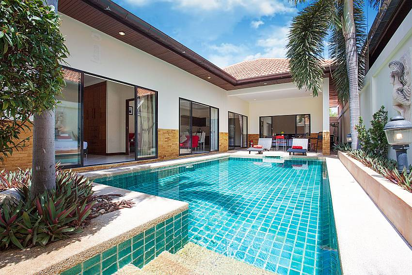 Garden and pool Villa Majestic 41_Pratumnak Hill PattayaThailand