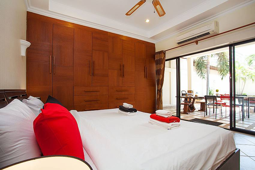 2. bedroom with kingsize bed at Villa Majestic 41 Pratumnak Pattaya Thailand